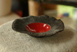 assiette en céramique rouge et noire