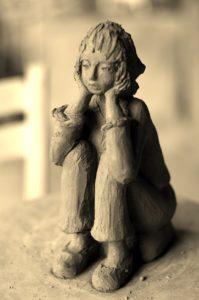 modelage en terre cuite, jeune fille rêveuse, création céramique
